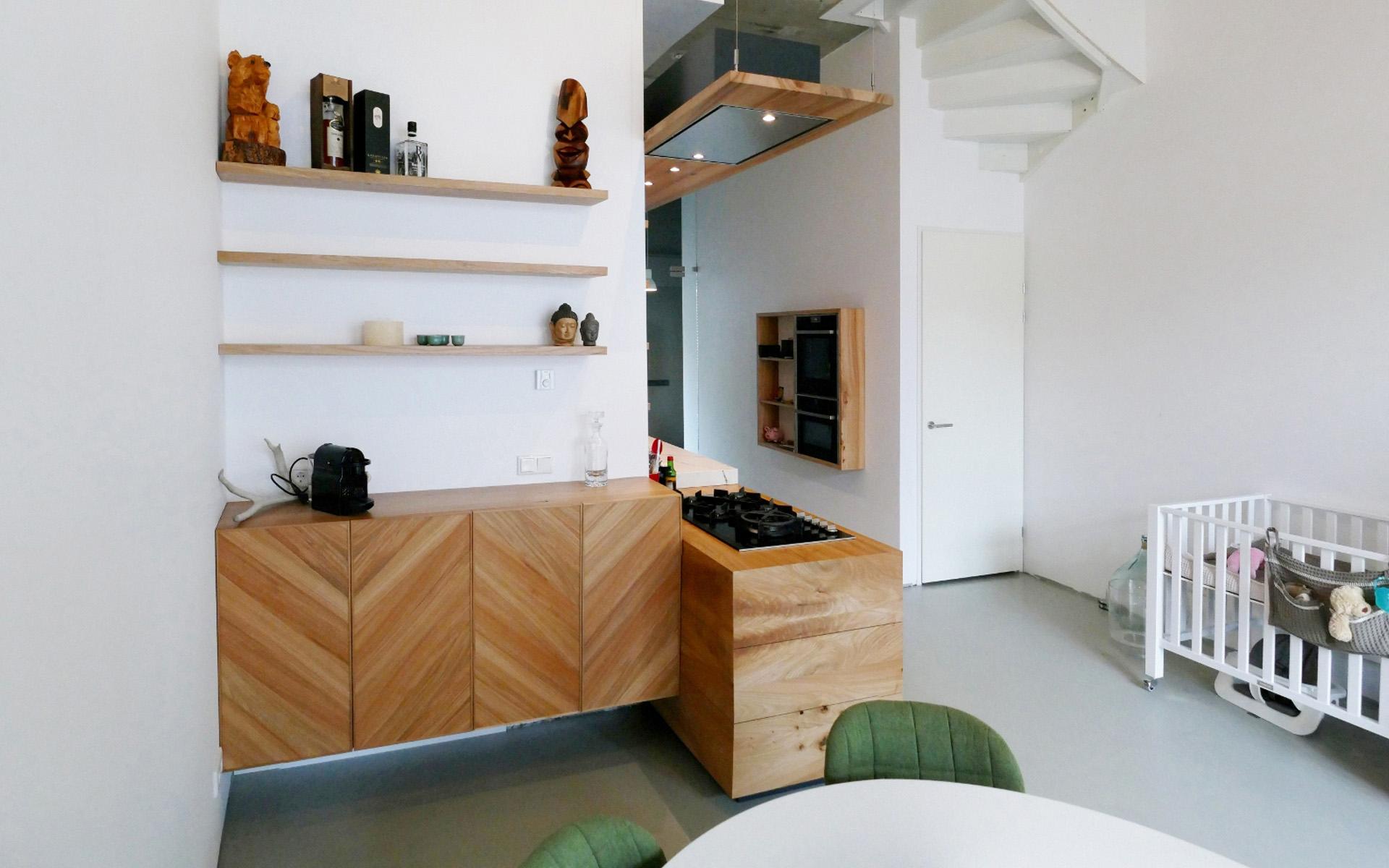 Keuken Met Trap : Interieur van de keuken open voor de trap u stockfoto